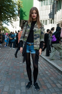 camo-jacket-black-top-jean-shorts-black-tights-sneakers-street-style
